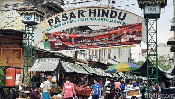 Kecil-kecil cabai rawit. Agaknya ungkapan ini tepat disematkan untuk Pasar Hindu Medan. Pasar ini boleh berukuran kecil namun punya magnet kuat buat wisatawan.