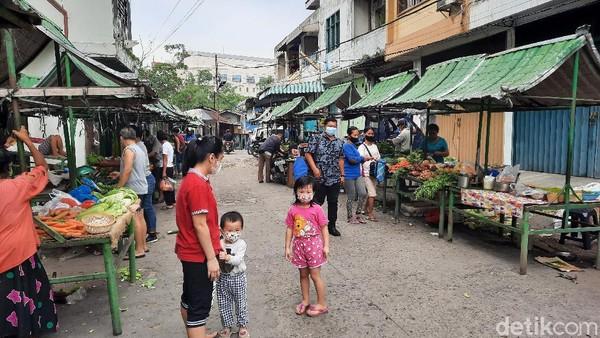 Terletak di antara bangunan-bangunan tua, pasar itu membentang sepanjang 50 meter. Kurang lebih ada 80 kios di Pasar Hindu Medan.