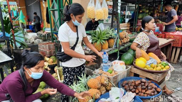 Pasar Hindu Medan menjual aneka kebutuhan masyarakat. Di sana ada sayur-mayur, buah-buahan, daging, hingga kudapan seperti cakwe dan roti goreng.