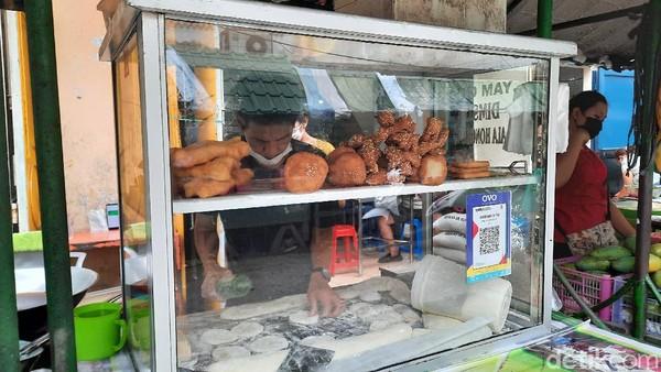 Pasar yang sudah berdiri sejak 1950-an ini dinamai Pasar Hindu karena berada di Jalan Hindu dan beberapa pedagangnya menganut agama Hindu. Tetapi tampak pula sejumlah pedagang etnis Tionghoa yang menggelar lapaknya di sana.