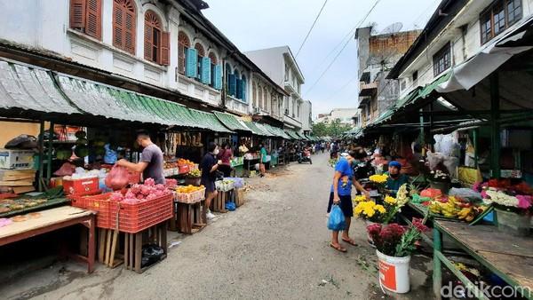 Kota Medan terkenal punya berbagai jenis pasar atau dalam bahasa lokal disebut pajak. Salah satu yang legendaris adalah Pasar Hindu Medan.