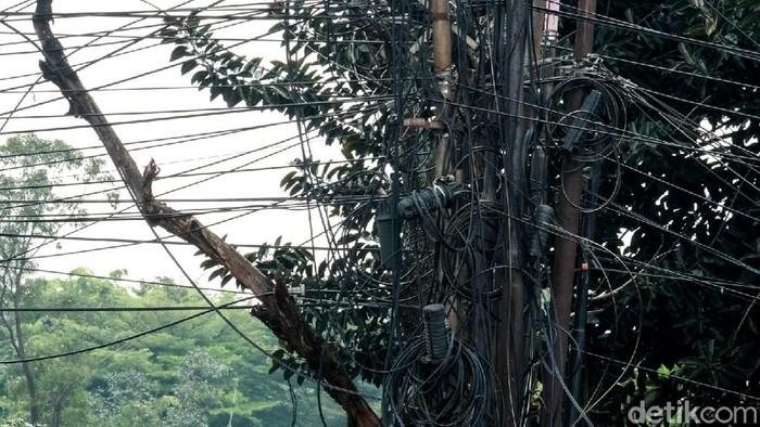 Kondisi jaringan kabel di Jl Raya Serpong, Kota Tangerang Selatan, Banten, memprihatinkan. Jaringan kabel itu terlihat semrawut.