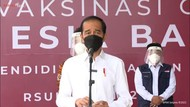 Jokowi Tinjau Vaksinasi Massal di RS UI Depok