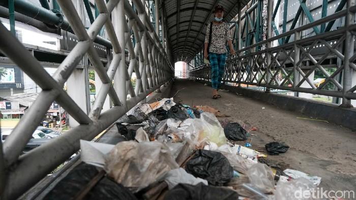 Jembatan penyeberangan orang (JPO) di Jalan Raya Serpong dipenuhi sampah yang dibuang sembarangan. Hal ini mengganggu kenyamanan pengguna.