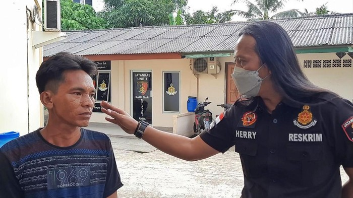 Juru parkir yang viral patok tarif selangit di Palembang.