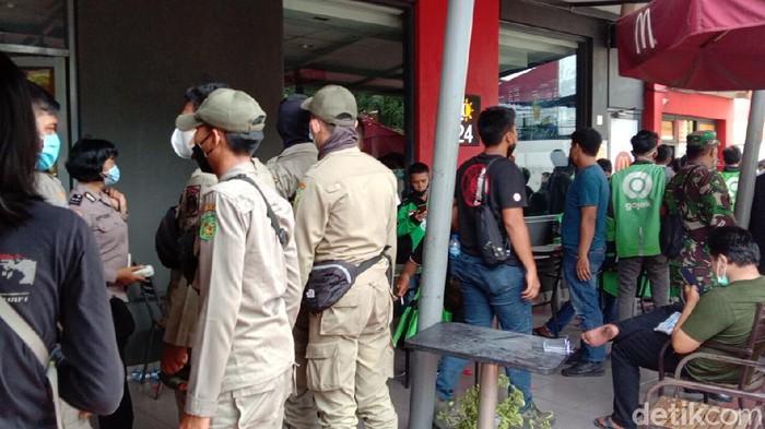 Kerumunan Ojol Order BTS Meal McD di Medan Dibubarkan Satgas COVID-19 (detikcom)