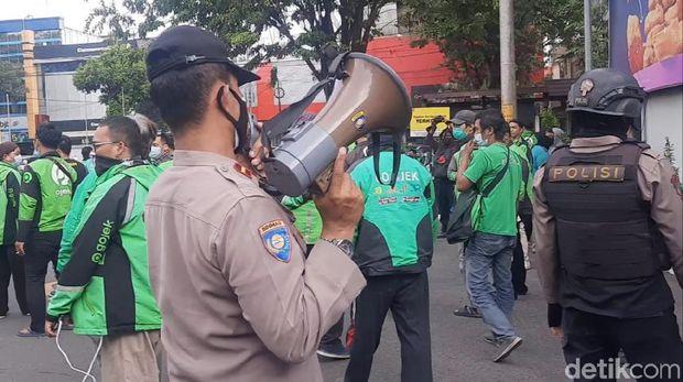 Kerumunan yang terjadi di gerai makanan cepat saji McD, Jalan Slamet Riyadi, Solo, Jawa Tengah, Rabu (9/6/2021).