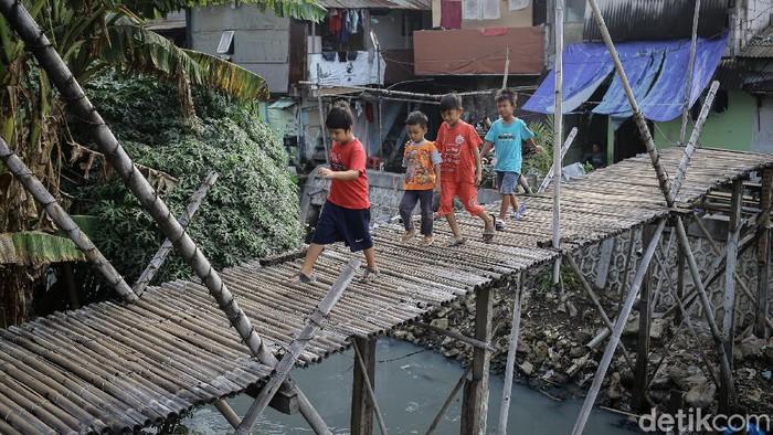 Maraknya pembangunan infrastruktur terus digenjot pemerintah. Namun, di tengah hiruk pikuk ibu kota masih ada loh jembatan kayu.