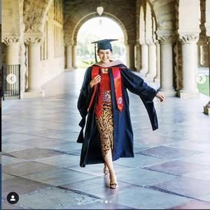 Maudy Ayunda Cantik Berkebaya saat Wisuda Lulus S2 di Stanford University
