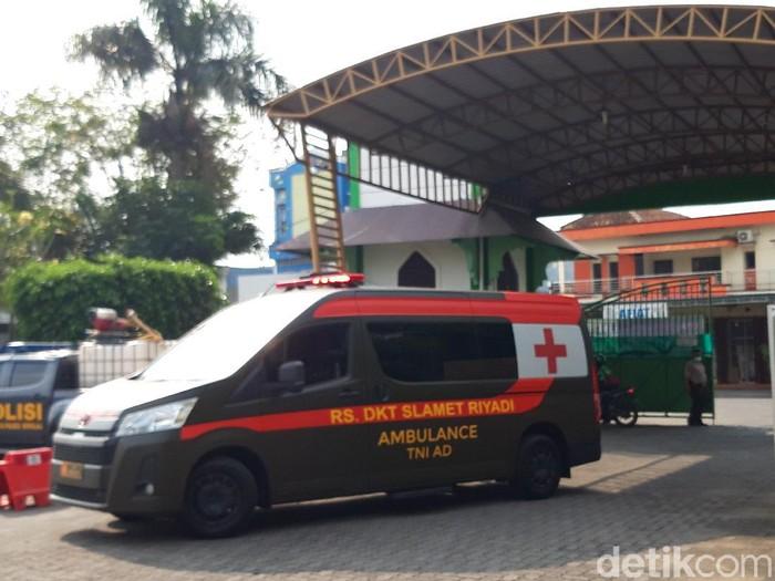 Mobil ambulans RST Slamet Riyadi Solo masuk ke Asrama haji Donohudan, Boyolali, Rabu (9/6/2021).