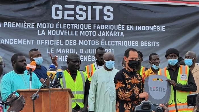 Dubes RI Dakar, Dindin Wahyudin mempromosikan motor listrik Gesits di Promenade de Thiessois, Thies, Senegal, (8/6/2021). Motor listrik Gesits bakal mengaspal di Senegal.