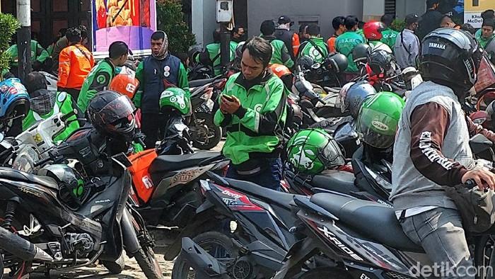 Ojol Berkerumun di Bandung