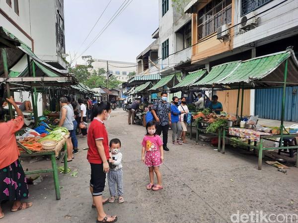 Terletak di antara bangunan-bangunan tua, pasar itu membentang sepanjang 50 meter. Kurang lebih ada 80 kios yang menjual aneka kebutuhan masyarakat, mulai dari sayur-mayur, buah-buahan, daging, hingga kudapan seperti cakwe dan roti goreng.