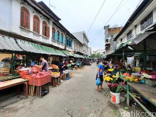 Untuk wisatawan, Pasar Hindu ini biasanya digunakan sebagai latar foto bertema vintage. Di sekitar pasar ini memang berdiri bangunan peninggalan kolonial, misalnya Waren Huis yang merupakan toserba milik Belanda.
