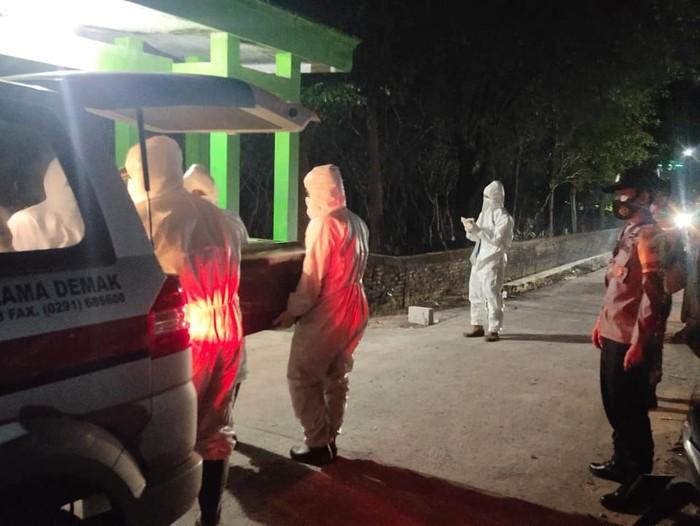 Pasien COVID-19 meninggal dalam perjalanan usai memaksa pulang dari rumah sakit, Demak, Senin (7/6/2021).