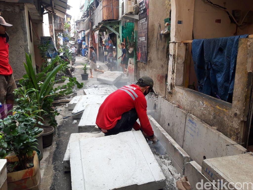 Pemangkasan got u ditch di Gang ACD, Jembatan Besi, Tambora, Jakarta Barat, 9 Juni 2021. (Rakha AD/detikcom)