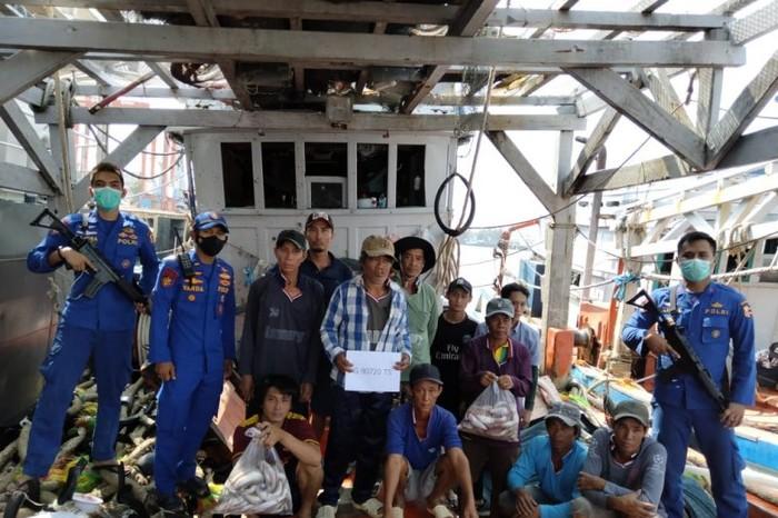 Petugas Dirpolair Baharkam Polri menangkap ABK asal Vietnam yang melakukan penangkapan ikan ilegal di Perairan Natuna (ANTARA/HO-Dirpolair Baharkam Polri)