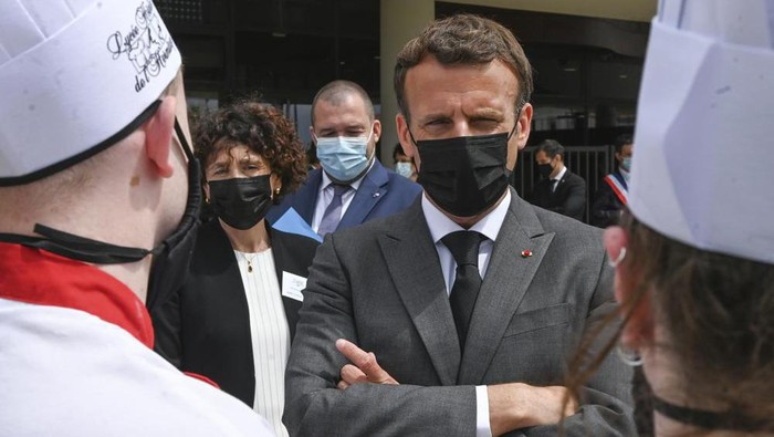 French President Emmanuel Macron talks with cooking students, Tuesday June 8, 2021 at the Hospitality school in Tain-lHermitage, southeastern France. (Philippe Desmazes, Pool via AP)