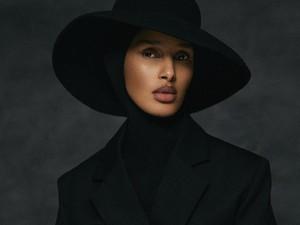 Mengenal Rawdah Mohamed, Editor Berhijab Pertama di Vogue Skandinavia