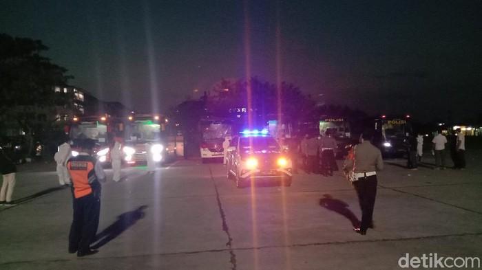 Rombongan warga Kudus positif Corona dievakuasi ke Asrama Haji Donohudan, Rabu (9/6/2021)