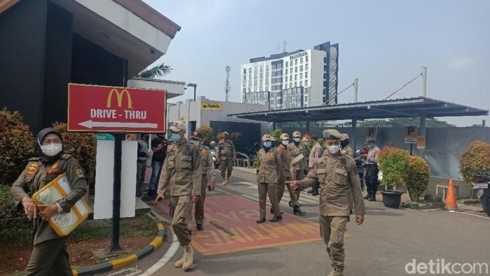 Satgas COVID-19 Karawang bubarkan kerumunan Ojol di McDonalds