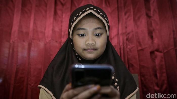 Rahma Aulia dan Kayla Putri siswi Sekolah Dasar Negeri Pademangan Barat 03 dan SDN Pademangan Barat 01 tengah mengikuti ujian sekolah secara daring dari rumah, Jakarta, Rabu (9/6/2021).