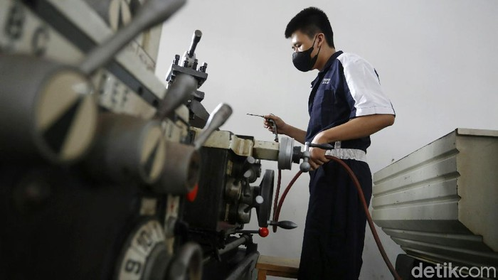 Dinas Pendidikan DKI Jakarta akan menggelar uji coba tahap kedua belajar tatap muka yang dimulai, Rabu (09/06/2021). Salah satunya SMKN 5 Jakarta Timur. Sebanyak 9 siswa jurusan tehnik melakukan belajar praktek mesin dengan tatap muka.