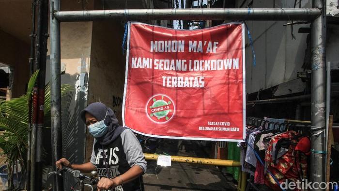 Sebanyak 34 warga di RW 3 Sumur Batu, Kemayoran, Jakarta, positif virus Corona. Saat ini, Satgas COVID-19 telah melakukan karantina mikro (lockdown terbatas) di RW tersebut.