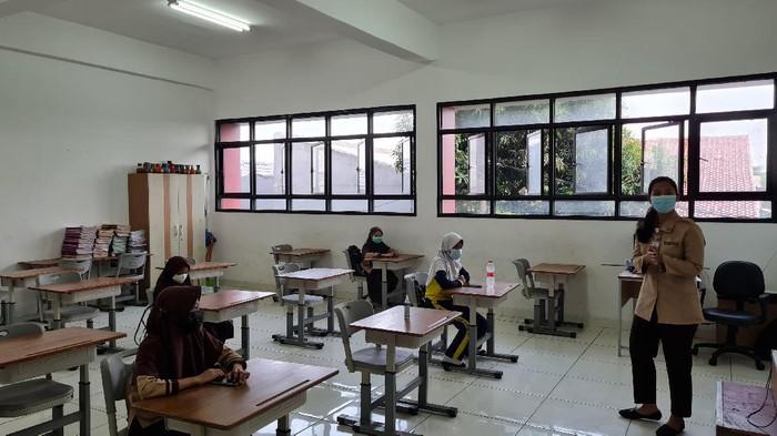 Suasana sekolah tatap muka hari pertama di SDN Pejaten Timur 01 Pagi Jaksel