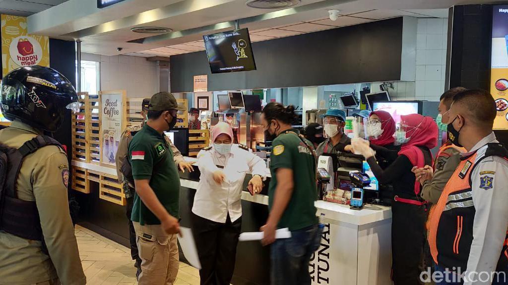 Kala Petugas Gabungan di Surabaya Halau Kerumunan Pengantre BTS Meal