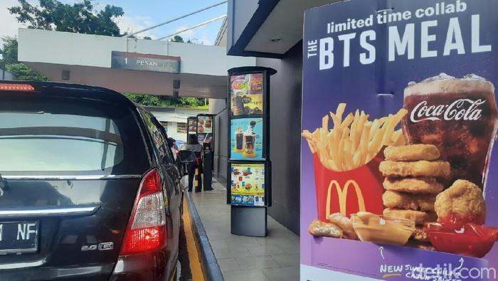 Sebanyak tiga gerai McD di Surabaya ditutup imbas fenomena BTS Meal. Tak hanya ditutup, gerai tersebut pun juga diberi sanksi.