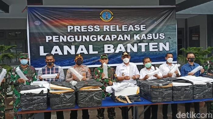 TNI AL gagalkan penyelundupan bayi lobster di Pelabuhan Merak (M Iqbal/detikcom)