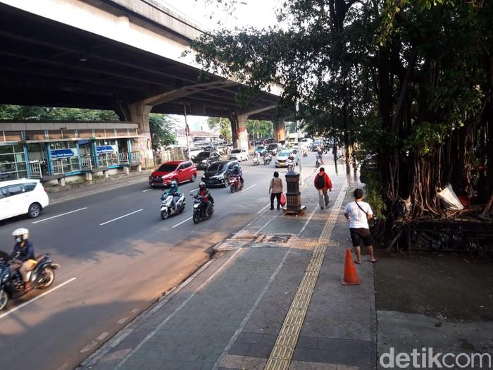 Trotoar di seberang Halte Transjakarta Kayu Putih Rawasari, Jakarta Pusat, 9 Juni 2021. (Rakha Arlyanto Darmawan/detikcom)