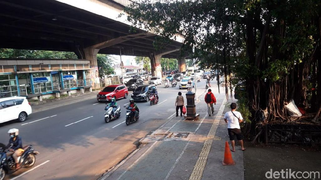 Pemkot Jakpus Usir Petugas Parkir Liar di Trotoar Kayu Putih Rawasari