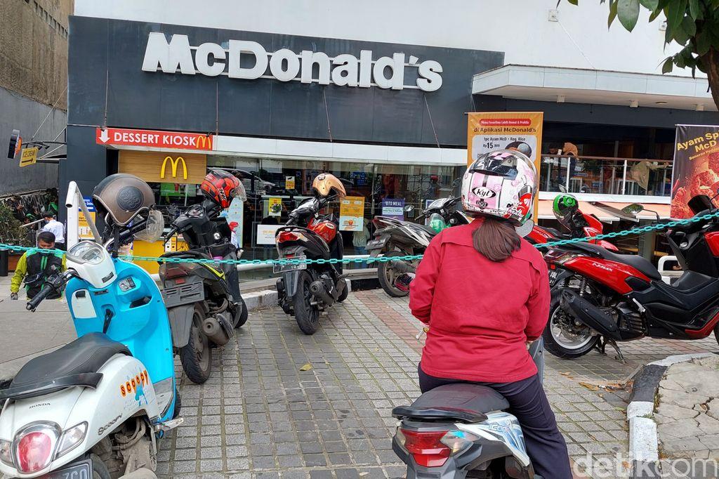 Tak hanya di Jakarta, fenomena BTS Meal yang diluncurkan hari ini oleh McDonald's disambut antusiasme warga di Bandung.