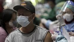 Dinas Kesehatan Kabupaten Sleman melakukan vaksinasi kepada pedagang Sleman, Yogyakarta. Padagang divaksin menggunakan AstraZeneca.