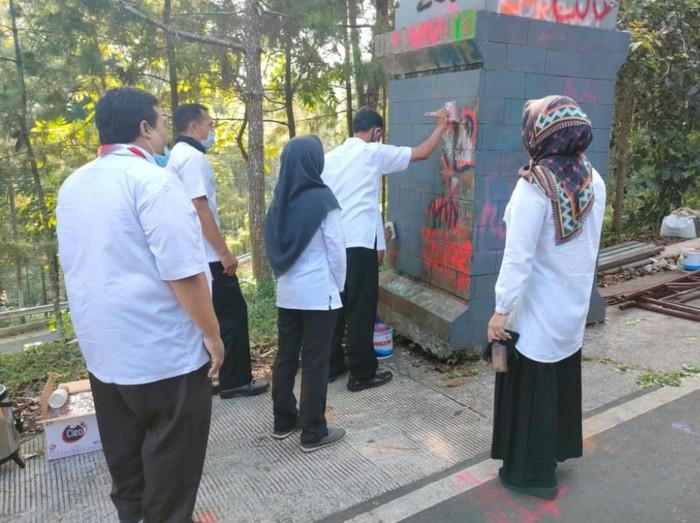 Belasan pelajar SMK di Pasuruan merayakan kelulusan dengan konvoi dan mencoret-coret seragam. Euforia kelulusan juga mereka ekspresikan dengan mencoret-coret gapura kawasan wisata Bromo.
