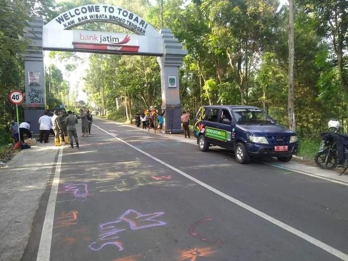 Gapura menuju kawasan wisata Bromo di Kecamatan Tosari, Kabupaten Pasuruan menjadi sasaran vandalisme pelajar. Gapura berwarna abu-abu itu dipenuhi coretan identitas berbagai sekolah.