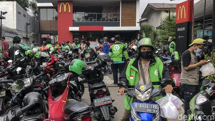 Sejumlah ojek online (ojol) mendatangi McDonalds Raden Saleh, Jakarta, Rabu (9/6/2021). Ramainya antrean membuat terjadinya kerumunan di lokasi ini.