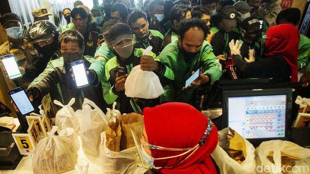 Sejumlah ojek online (ojol) mendatangi McDonald's Raden Saleh, Jakarta, Rabu (9/6/2021). Ramainya antrean membuat terjadinya kerumunan di lokasi ini.