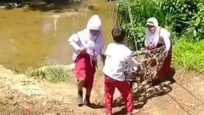 3 siswa SD ke sekolah pakai kereta gantung