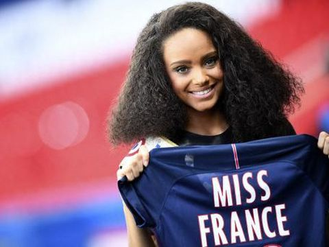 Miss France 2017 Alicia Aylies poses with a jersey ahead of the UEFA Women's Champions League quarter-final second leg football match between Paris Saint-Germain (PSG) and Bayern Munich at the Parc des Princes stadium in Paris on March 29, 2017. (Photo by FRANCK FIFE / AFP)