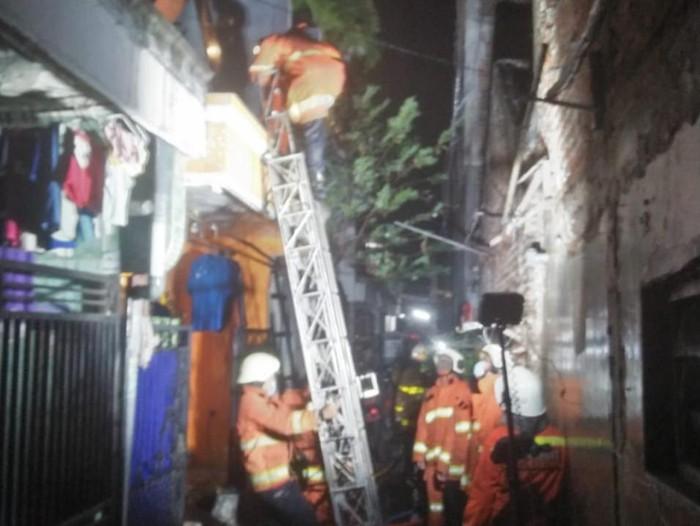 Api Ludeskan Rumah di Surabaya, Satu Keluarga Terbakar Hingga 70 Persen