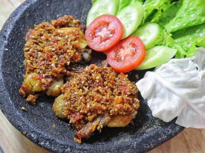 Pedas Mampus! 5 Tempat Makan Ayam Gepuk dengan Sambal Super Pedas