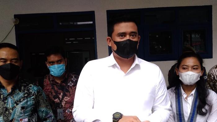 Bobby Nasution (kemeja putih-masker hitam)/Datuk-detikcom