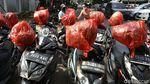 Cegah Virus, Helm-helm Ini Dibungkus Plastik