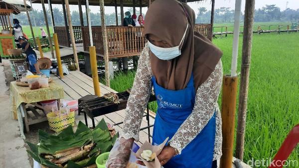 Pasar ini buka setiap Sabtu dan Minggu. Para pedagangnya adalah ibu-ibu di Denai Lama. Mereka menjual antara lain sate, nasi bakar, jajanan tradisional, sampai berbagai jenis kopi.