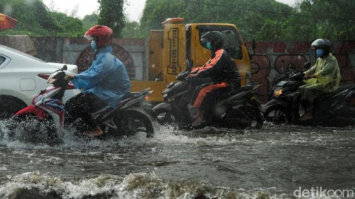 Hujan deras mengguyur area Tangerang Selatan. Akibatnya, Jalan Dewi Sartika yang berada di kawasan Ciputat pun tergenang. Berikut potretnya.