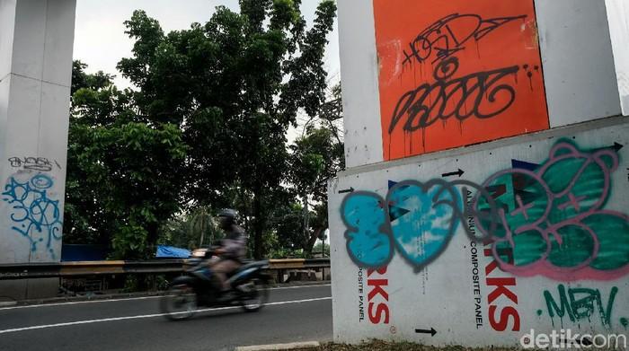 Kondisi gapura batas wilayah Tangerang Selatan-DKI Jakarta memprihatinkan. Gapura tersebut tampak menjadi korban aksi vandalisme oknum tak bertanggung jawab.