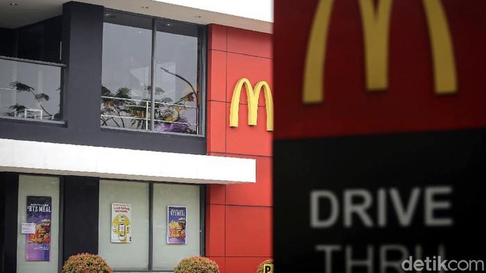 Puluhan gerai McD di Jakarta disanksi imbas kerumunan pesanan BTS Meal McD kemarin. Total ada 32 gerai McD di Ibu Kota yang kena sanksi.
